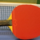 Tischtennisschläger vor Netz